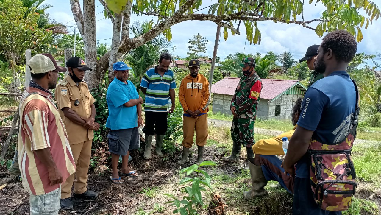 Meriahkan Penutupan TMMD ke-110, Warga Distrik Kawagit Sumbang Hewan Ternak