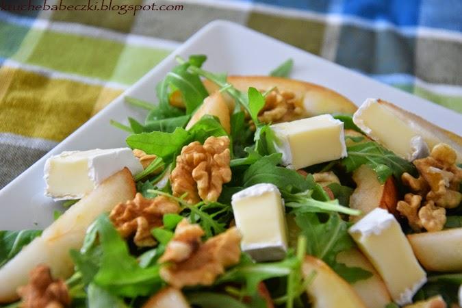 Sałatka z rukolą, gruszką, orzechami i serem camembert - pyszności :)