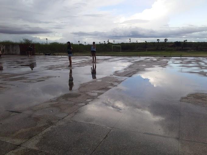 Sem quadras no município time de futsal treina em resto de ginásio que desabou.