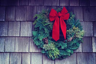 ghirlanda natalizia con fiocco rosso