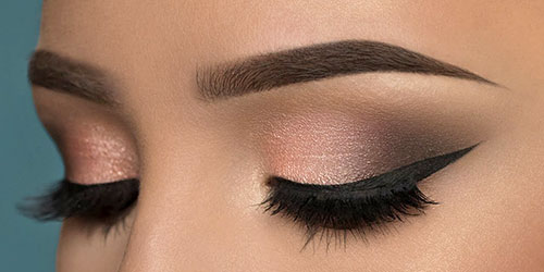 Ojos maquillados con la técnica de la V, eyeliner y pestaña postiza