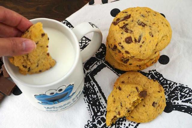 cookies con vaso de leche fría