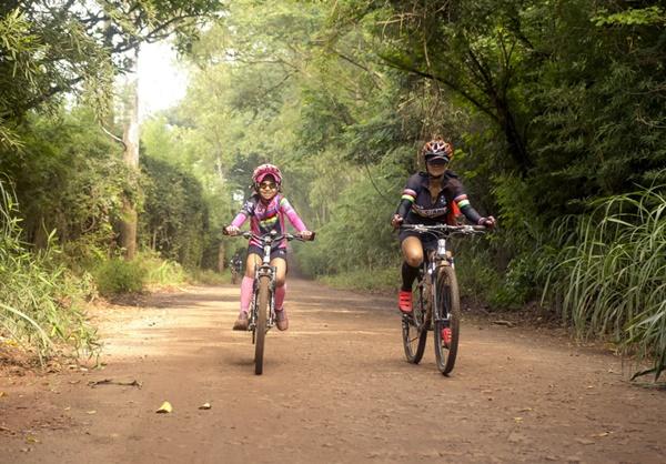 Ao lado da mãe ciclista, menina de 10 anos pedala 90 km de São Carlos a Pirassununga