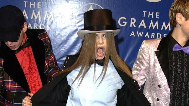 Avril Lavigne,  una de las peor vestidas en una alfombra roja de los Grammy