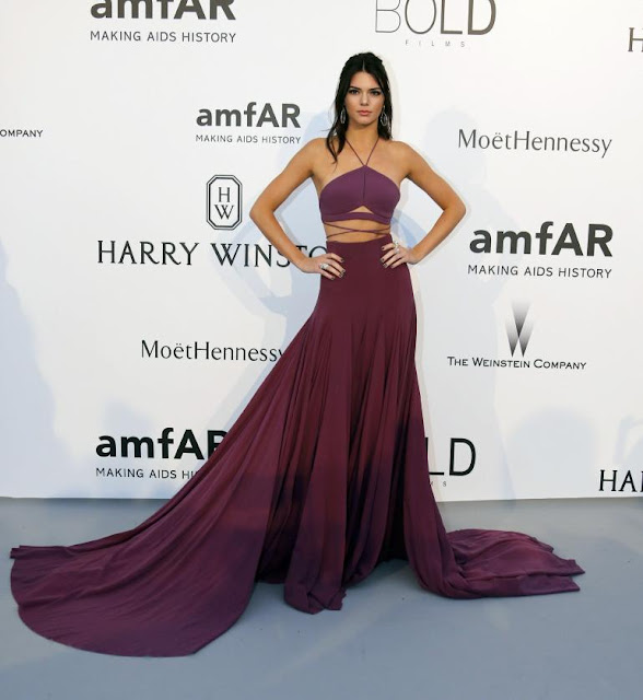 Kendall Jenner vestido roxo longo em Cannes, festa