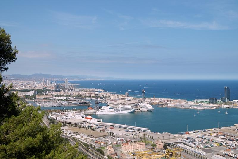 Barcelona Aublick vom Castell Montjuic auf den Hafen, Mittelmeer Sommerurlaub Katalonien Reisetipps