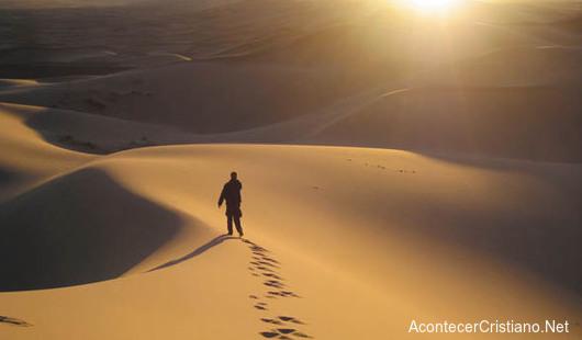 Hombre ayuna en el desierto.