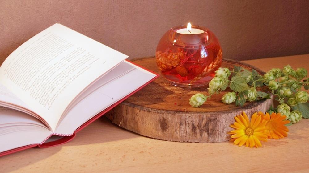 Offenes Buch mit Kerze