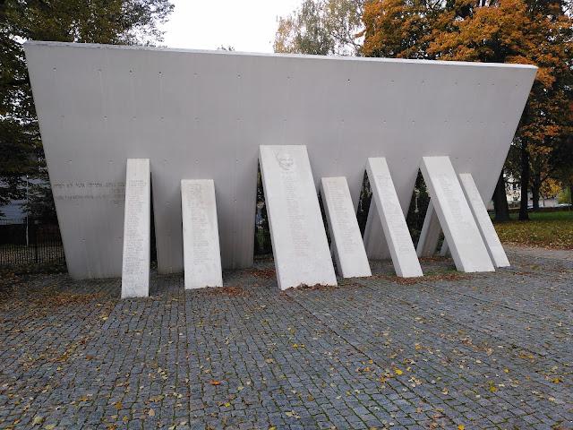 Падающие стены, колонны с именами спасителей. Жанис Липке