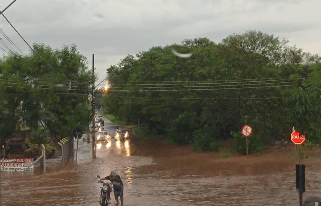Forte chuva causa alagamentos em bairros de Rio Preto.