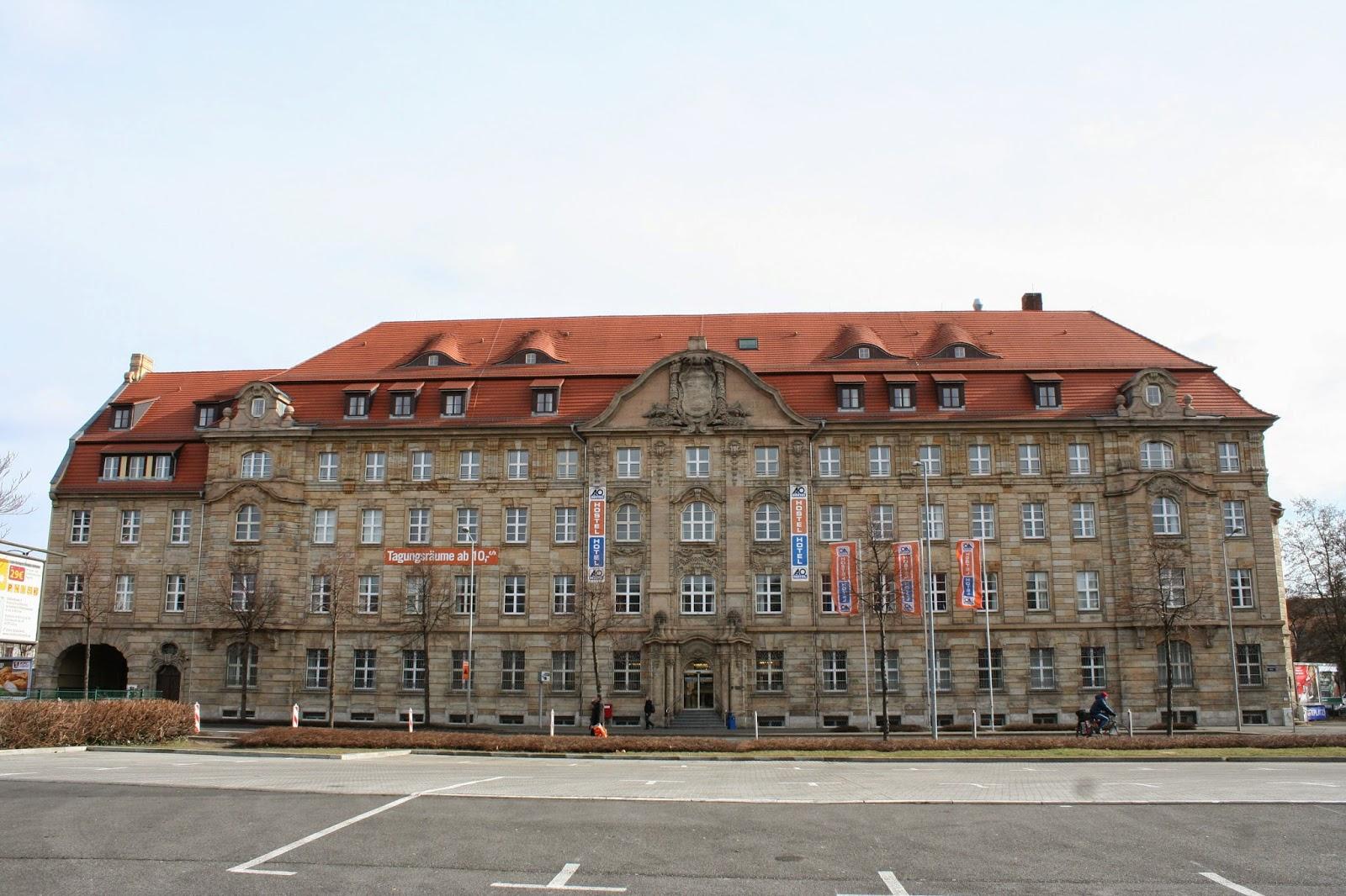 """Das """"Bahnpostamt"""", """"Reichspostgebäude"""" oder auch """"Kaiserliches Deutsches Bahnpostamt No. 32"""" genannt, befindet sich östlich des Hauptbahnhofes an der Brandenburger Straße und wurde damals im Auftrag der Sächsischen Oberpostdirektion erbaut"""