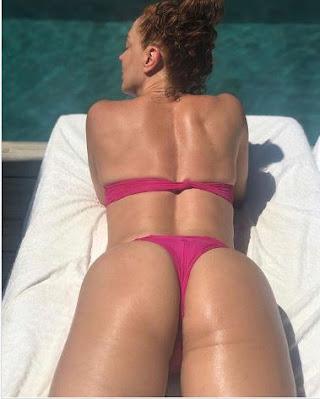 Claudia Raia se bronzeia e mostra o bumbum na web