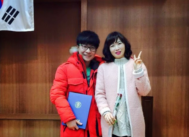 Tuấn chụp cùng cô giáo tại đại học Gyeongsang