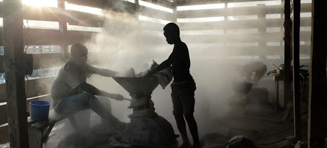 Niños trabajando en una instalación informal de procesamiento de oro en Ghana. El trabajo infantil es algo común, debido a la pobreza.UNICEF/ Nyani Quarmyne