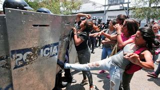 Todo ocurrió en calabozos policiales en la ciudad venezolana de Valencia. Allí, hubo un intento de fuga, un incendio de colchones y además, la quita del arma a un efectivo policial. Debido a las fuertes llamas, las personas fallecieron calcinadas, mientras que, hubo otro grupo que murió por asfixia.
