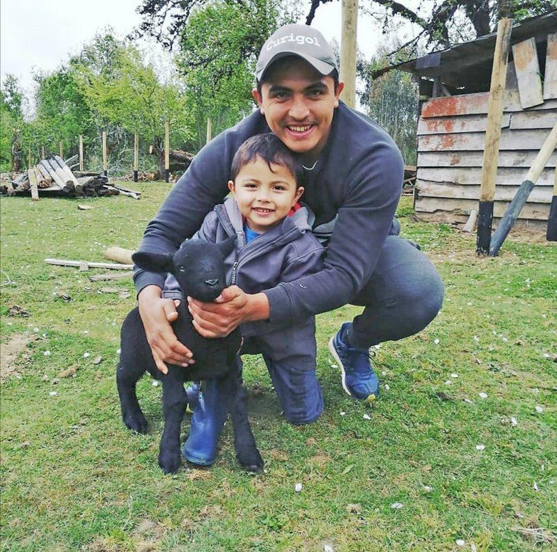 Dagoberto Currimilla amonona su campo de 37 hectáreas