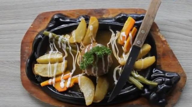 Bakso Mozzarella, Dihidangkan di Atas Hotplate dan Disiram Saus Spesial