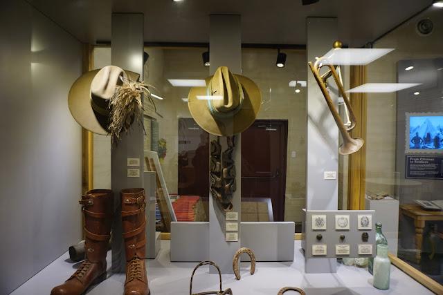 כובע חצוצרה ומגפיים