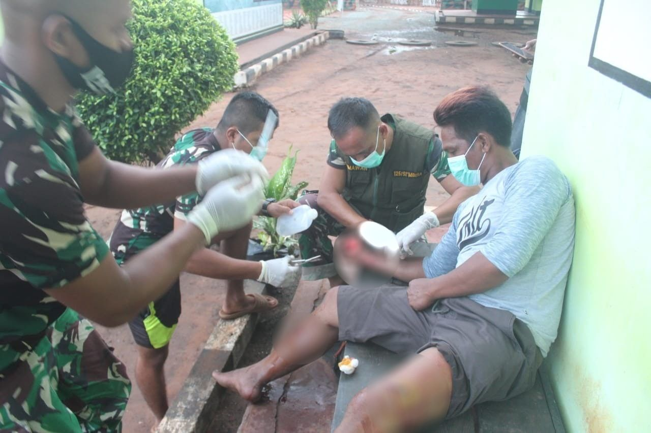 Luka Akibat Serangan Babi Hutan, Warga Kampung Erambu Diobati Satgas Yonif 125/Simbisa