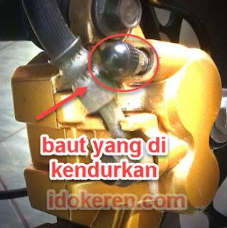 baut caliper yang di kendurkan untuk menguras minyak rem