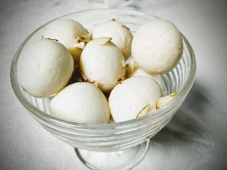 Serving white rasgulla for rasgulla recipe