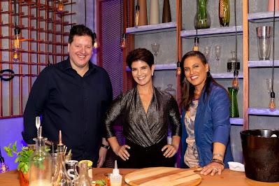 Mariana posa com o DJ Ronaldo Gasparian e a bartender Bianca Petrillo - Crédito: Kelly Fuzaro/Band