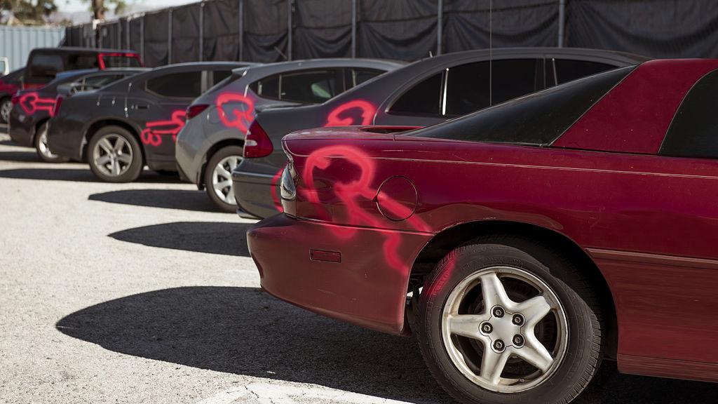 American Vandal - pintadas de pollas en los coches
