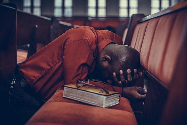 Berdoa di Gereja