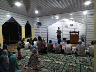 Berikan Alqur'an dan Sembako, AKBP Kadarislam Sambangi Masjid Apung Buttue Pangkep