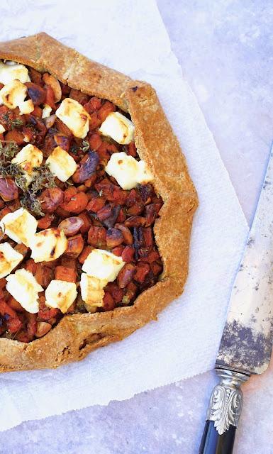 épeautre , pâte à tarte sans blé , carottes cuites , fromage de feta , dattes