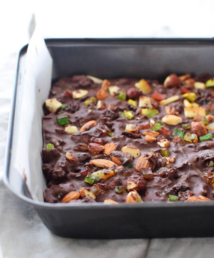 Chocolate, frutas confitadas y frutos secos en un molde para formar las barras