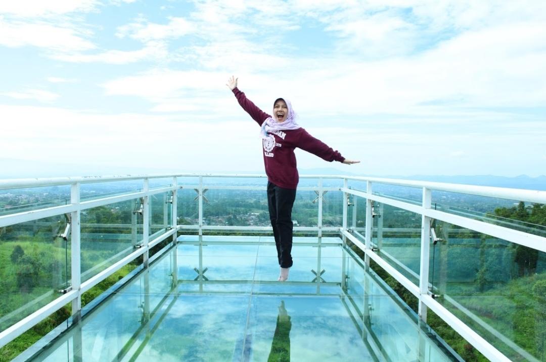 Jembatan Kaca Caping Park hanya Rp 10.000, dan kalian bisa foto sepuasnya