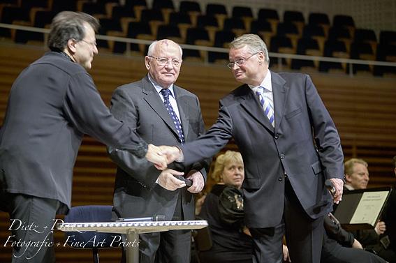 Pianist Andrej Gavrilov, Michail Gorbatschow und Stadtpräsident Urs W. Studer