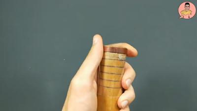 ثقب الإطار الخشبي بإستخدام أداة مدببة معدنية حادة