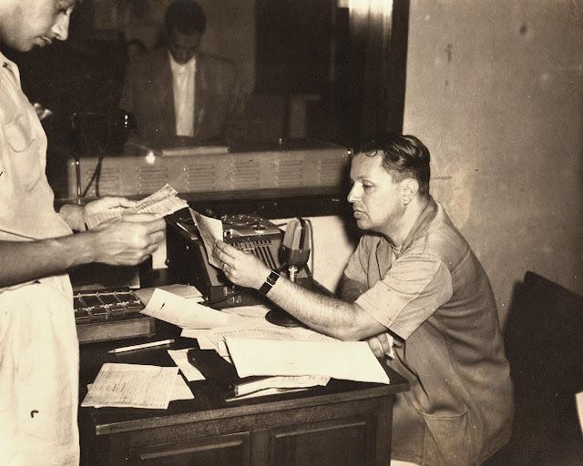 Guilherme Santos Neves na Rádio Espírito Santo, início dos anos 1950.