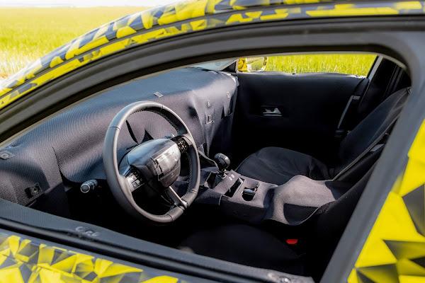 Novo Opel Astra 2022 tem imagens reveladas com camuflagem