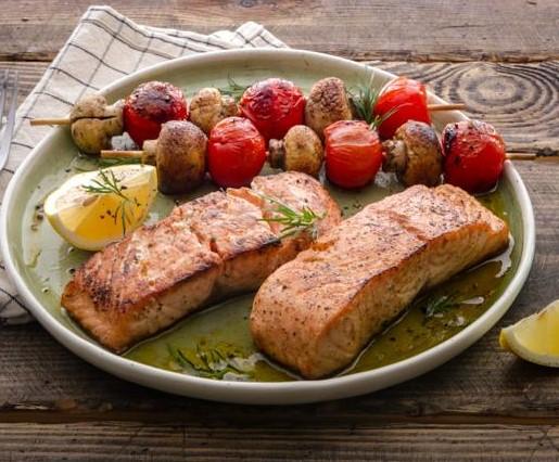 Стейки из лосося с шашлычками из шампиньонов и помидоров черри