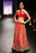 Karishma Kapoor Ramp Walk-thumbnail-2