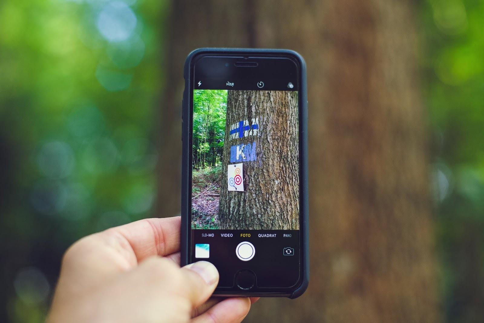 Έρευνα: Το μπλε φως των κινητών αυξάνει τον κίνδυνο καρκίνου του εντέρου
