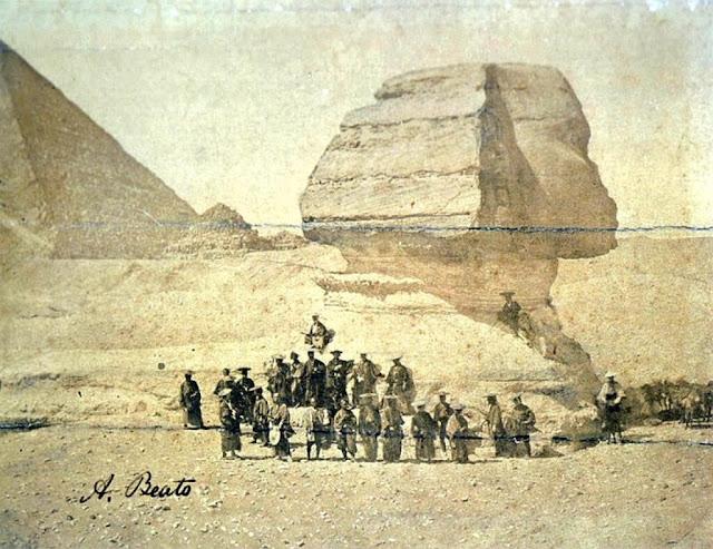 Un grupo de samuráis posando delante de la Esfinge en 1864