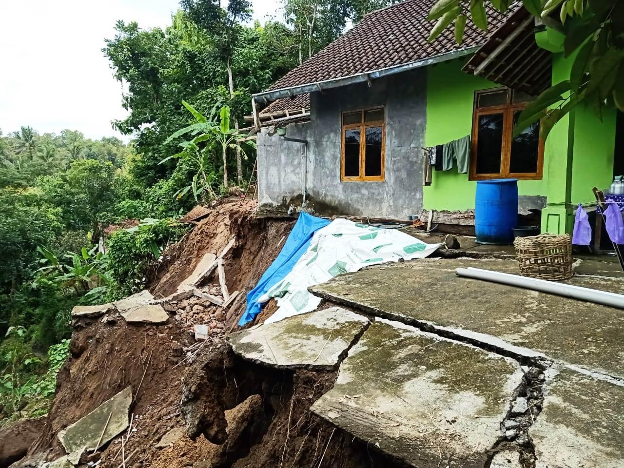 Tiga Hari Diguyur Hujan Deras, Dua Rumah di Padureso Nyaris Roboh