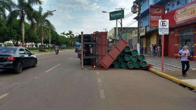 Carreta com canos tomba em avenida de Porto Velho