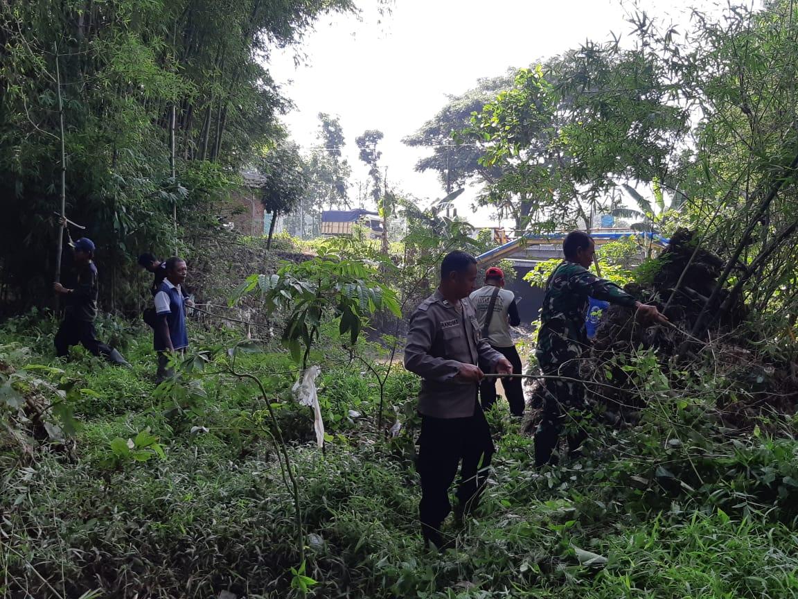 Warga Bersama Anggota Koramil Saradan Bersihkan Aliran Sungai