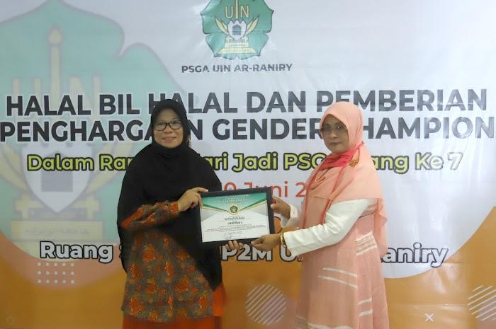 Rasyidah Received Gender Champion Award