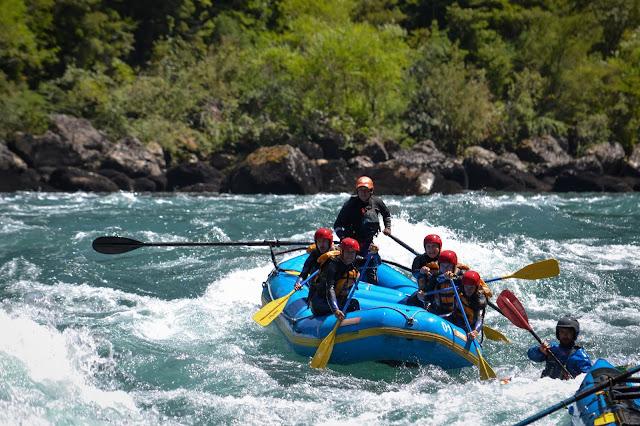 Echipa pe Futaleufú; Chile (© Outdoor Patagonia)