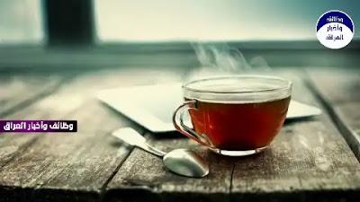 """كشفت دراسة جديدة أجراها باحثو جامعة نيوكاسل البريطانية أن الشاي يحسن الوظائف الادراكية لدى الأشخاص الذين تزيد أعمارهم عن 85 عامًا.  ودرس الباحثون عادات شرب الشاي لأكثر من 1000 مشارك في الدراسة تزيد أعمارهم عن 85 عاما، والذين يعيشون في منازلهم أو في دور رعاية، ووجدوا أن أولئك الذين يشربون أكثر من 5 أكواب من الشاي يوميًا مع أو بدون الحليب، يتمتعون أفضل في بعض الاختبارات المعرفية.  ووجد الباحثون أن الأشخاص الذين يشربون أكثر من 5 أكواب في اليوم، يتمتعون بقدرة اكبر على التركيز والانتباه.  ووفقا لصحيفة """"ديلي ميل"""" البريطانية، ثبت أن محبي الشاي لديهم مهارات حركية أفضل، والأمر الذي يظهر علاقة أفضل بين الدماغ والأطراف.  وفي الاختبارات، وجد الباحثون أن المشاركين الذين يشربون الشاي 5 مرات في اليوم على الأقل، هم لديهم ردود فعل أكثر دقة وسرعة، ما يساعدهم على إتمام الأنشطة اليومية مثل قيادة السيارة والحياكة وغيرها.  وأظهرت الأبحاث السابقة أن الشاي له فوائد صحية، بما في ذلك خفض ضغط الدم والكوليسترول، وربما يساعد حتى في فقدان الوزن.  وقال الدكتور """"إدوارد أوكيلو"""" في مركز أبحاث التغذية البشرية في جامعة نيوكاسل: """"قد تكون المهارات التي يحتفظ بها محبو الشاي، لا ترجع إلى المركبات الكيميائية الموجودة في الشاي فقط، بل أيضا نتيجة لاتباع طقوس إعداد الشاي، والدردشة أثناء شربه مع الناس، فكل هذه الأشياء تنشط الوظائف الإدراكية لدى المسنين""""."""