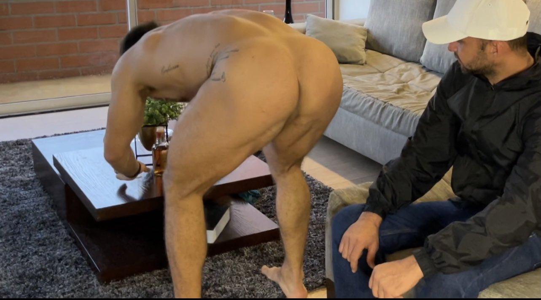 mirando desnudo al cliente