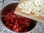 Dulceata preparare reteta - punem bananele peste capsuni in oala
