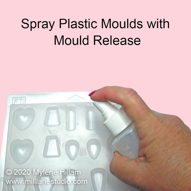 Spraying a plastic resin mould with mould release