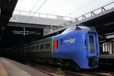札幌駅停車中のキハ283系特急車両